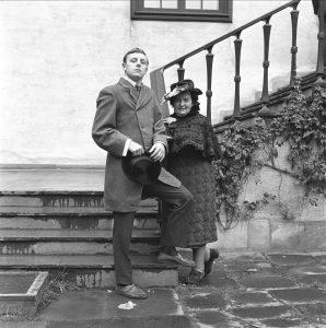 Med Lennart Aavatsmark 1964 i klær fra 1914, Bristol i Oslo. Foto: Åsgeir Valldal, Norsk Folkemuseum. Foto.