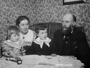 Foto: Sammen med Karen og barna Signe og Magne, 1907. Anno Musea i Nord-Østerdalen