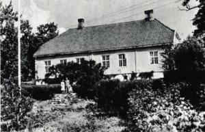 Foto: Ronald Fangen og Solveig Brandt-Nielsen utenfor kapellangården Dusgård i Ringsaker hvor blant annet Nils Lie skulle bo etter dem.
